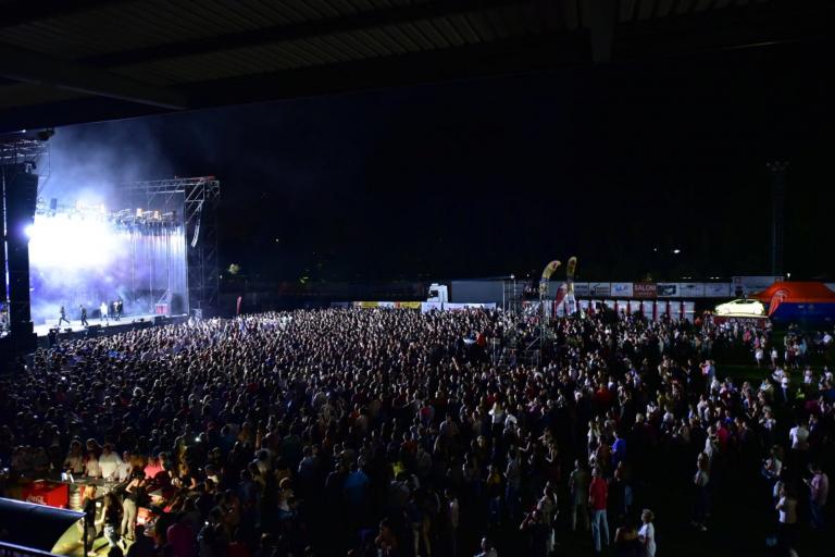Luis Fonsi enamora con su voz a 7.000 asistentes en el único concierto de Castilla y León